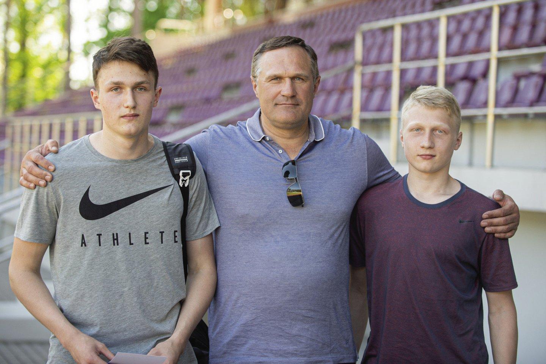 Abu V.Aleknos sūnūs Martynas (kairėje) ir Mykolas seka tėvo pėdomis ir tapo disko metikais.<br>A.Pliadžio nuotr.
