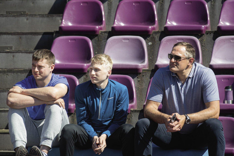 V.Alekna sūnui retai patarinėja, kaip sviesti diską, nes Mykolas gerai sutaria su treneriu M.Jusiu (kairėje).<br>A.Pliadžio nuotr.