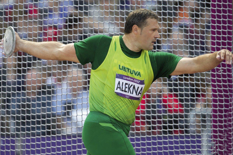 V.Alekna per karjerą iškovojo du olimpinius ir du pasaulio čempionato aukso medalius, o pastaruoju metu jam tenka su aukščiausiais apdovanojimais sveikinti disko metiką sūnų Mykolą.<br>A.Pliadžio ir asmeninio archyvo nuotr.