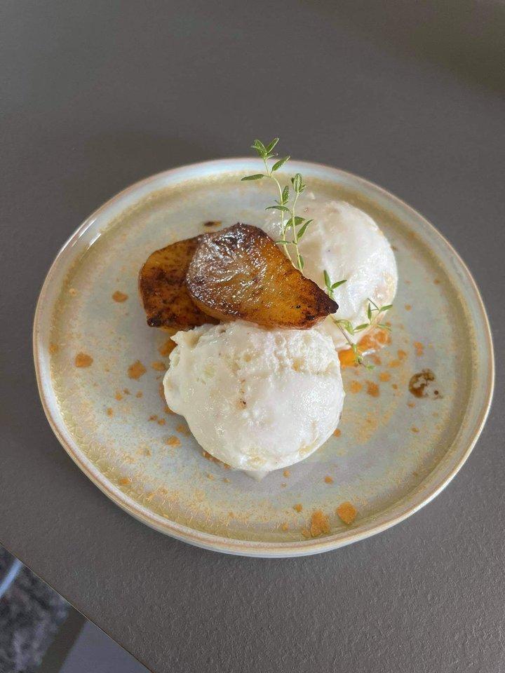 Deginto sviesto ir imbiere karamelizuotų kriaušių ledai.