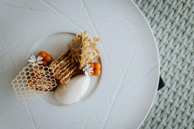 """Liepų žiedų ledai su imperatorišku """"Medučio"""" tortu."""