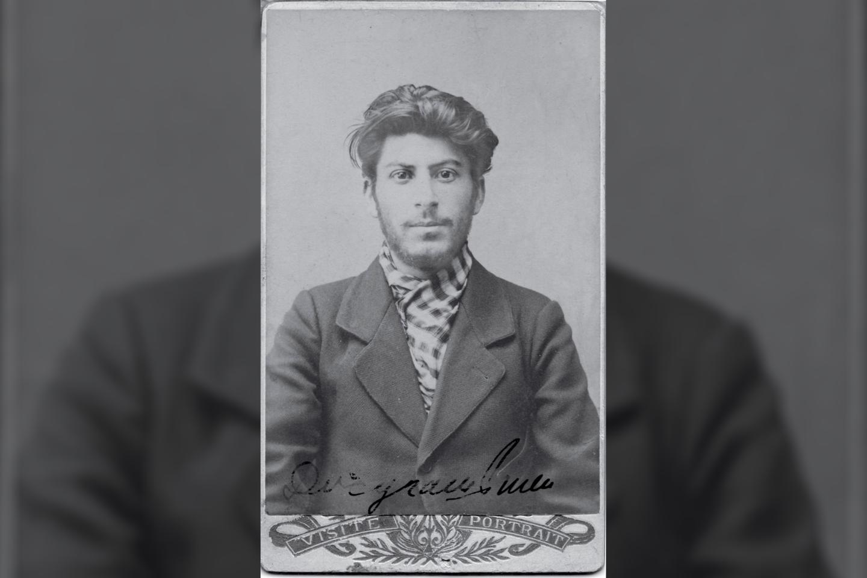 Policijos padarytaStalino nuotrauka, padaryta 1902 m., kai jam buvo 23 metai.<br>Wikimedia commons