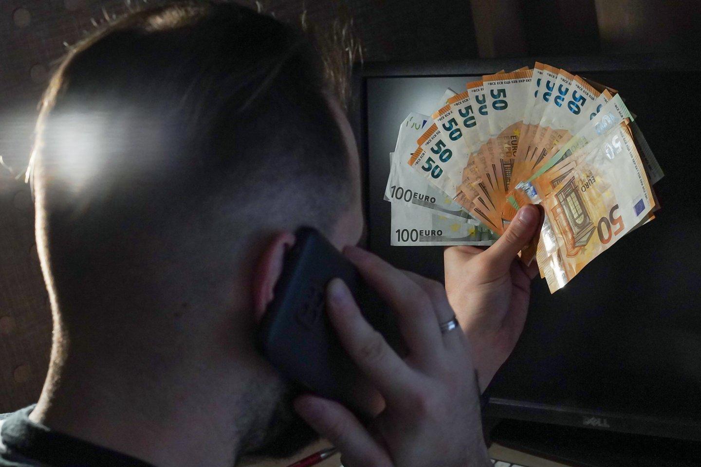 Itin suaktyvėję telefoniniai sukčiai atakuoja Lietuvos gyventojus, kurių ne vienas ir užkimba ant vagių kabliuko.<br>G.Bitvinsko nuotr.
