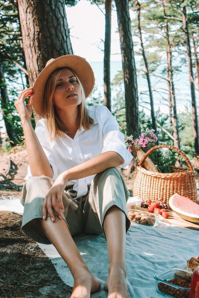 """Kristina Pišniukaitė-Šimkienė sako, kad valgymas lauke – tikras malonumas.<br>""""Ant medinės lentelės"""" nuotr."""