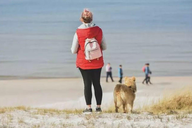 PAPLŪDIMIAI. Dauguma žmonių teigia, kad geriausi šunų paplūdimiai yra Nemirsetoje ir Smiltynėje, nes juose augintiniams yra daugiau erdvės.<br>V.Kesminės nuotr.