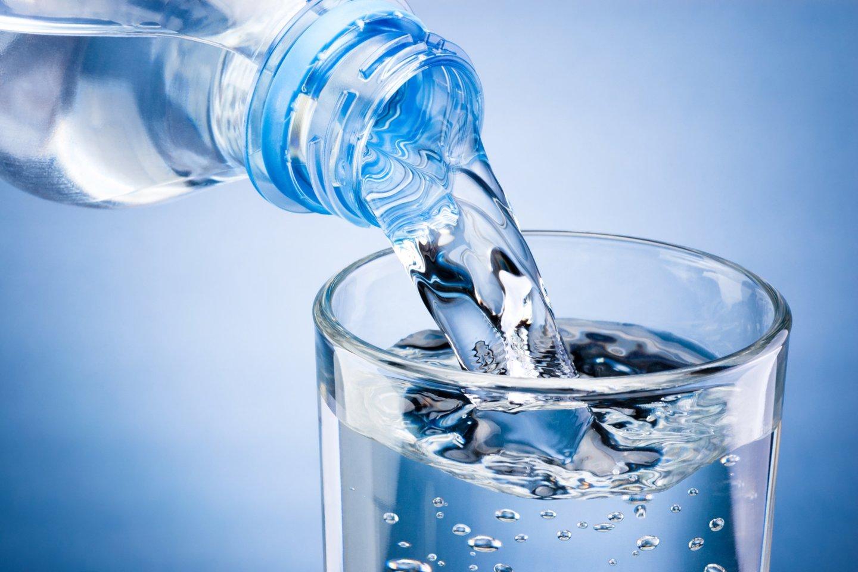 Buvo tikrintas mineralinio vandens asortimentas parduotuvėse, internetinėje prekyboje bei paimti mėginiai iš gamintojų.<br>123rf nuotr.