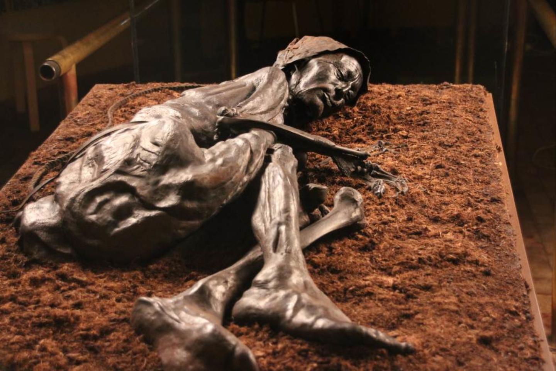 Nors 30-40 metų žmogus buvo palaidotas pelkėje daugiau nei prieš 2400 metų, rūgštinės durpės mumifikavo jo kūną<br>Silkeborgo muziejaus nuotr.