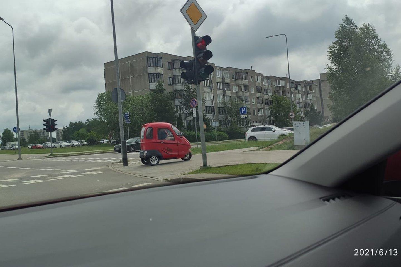 Viniaus Pilaitės gyventojai prieš kelias savaites užfiksavo neaiškią raudonos spalvos transporto priemonę, kuri važinėjo šaligatviais.<br>lrytas.lt skaitytojo nuotr.
