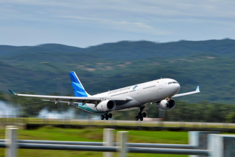 COVID-19 užsikrėtę Indonezijos gyventojas persirengė savo žmona, kad galėtų įlipti į lėktuvą. Jo gudrus planas buvo sugriautas jau pakilus į orą, rašo BBC. <br>AFP/Scanpix nuotr.
