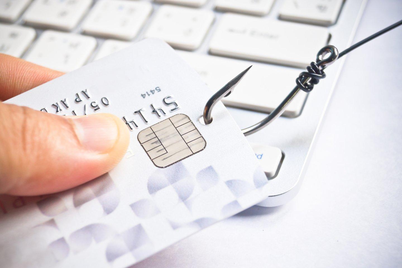 Žmonės, susigundę sukčių svetainėse skelbiamais pasiūlymais greitai praturtėti, pateikia savo banko kortelių duomenis tiesiai į sukčių rankas.<br>123rf nuotr.