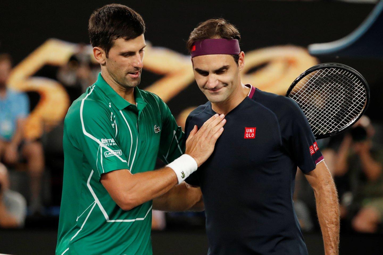 N.Džokovičius (kairėje) apkabino R.Federerį po 2020 metų kovų.<br>Reuters/Scanpix nuotr.