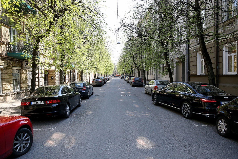 Automobilių stovėjimo vietų trūkumas daugiabučių gyventojams sukelia nemažai problemų.<br>R.Danisevičiaus nuotr.