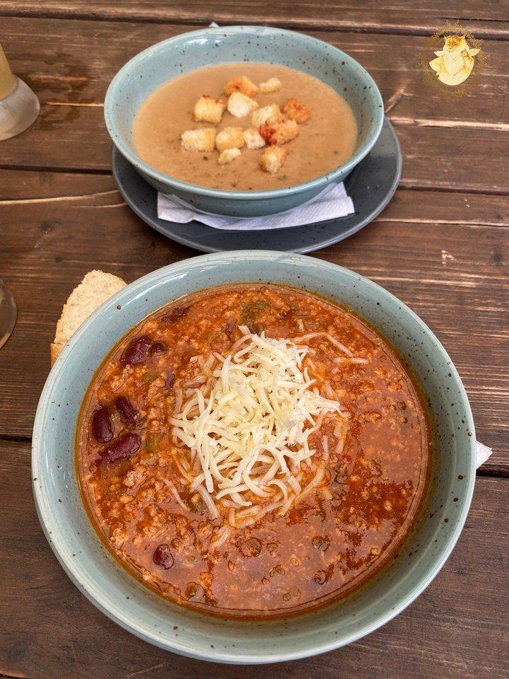 """""""Linelis"""" Plateliuose. Trinta grybų sriuba – 4,50 euro, """"Čili"""" – 5 eurai.<br>""""Riebus katinas"""" nuotr."""
