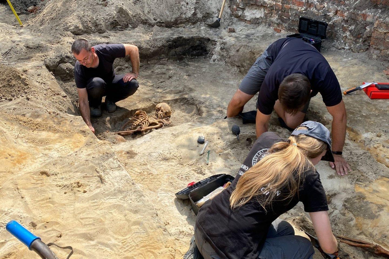 Trejus palaikus žmonių, kuriems, kaip manoma, mirties metu buvo apie 19-20 metų, rado Lenkijos Nacionalinio atminimo instituto Paieškos ir atpažinimo biuras.<br>T.Trzaska'os / IPN nuotr.