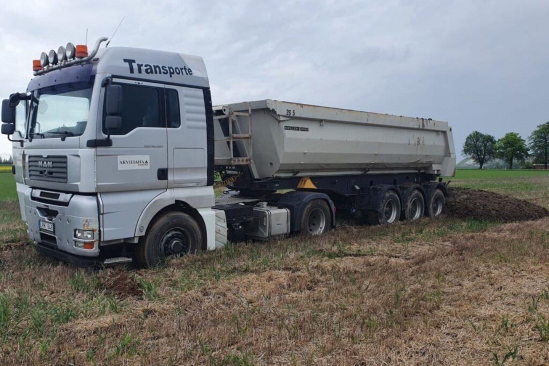 """Žemės į ūkininkų laukus vežamos sunkvežimiais su specialiomis hermetiškomis, dengtomis priekabomis.<br>""""Nordic sugar Kėdainiai"""" nuotr."""