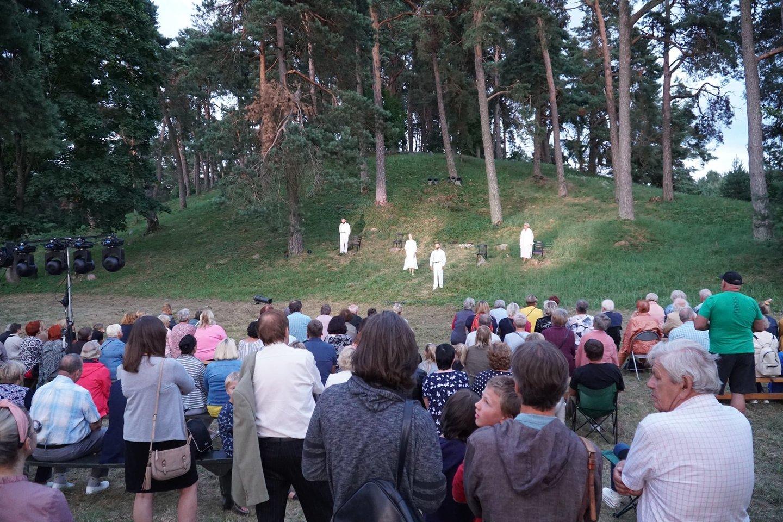 """Anykščių kultūros centro teatro trupė spektaklį """"Anykščių dantiraštis"""" pagal R.Vanago dokumentinę poemą vaidino senosiose žydų kapinėse ir sulaukė didelio anykštėnų susidomėjimo.<br>Organizatorių nuotr."""