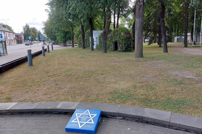 Aikštė, bankas, krautuvė – Mėlynos stotelės priminė Anykščių žydų bendruomenės gyvenimo ir veiklos vietas.<br>T.Kontrimavičiaus nuotr.