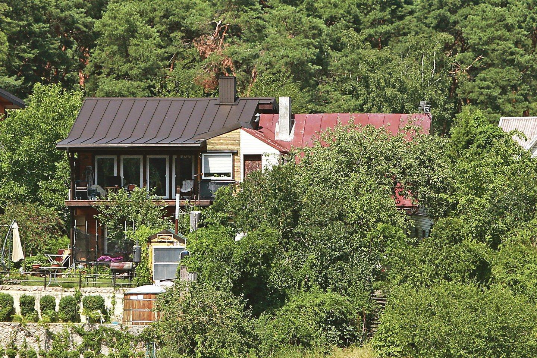 Lampėdžiuose esančio seno namo dalį jo savininkas rekonstravo – nuardė šlaitinį stogą ir padidino palėpę. Dabar už tai nenori mokėti naujo mokesčio.<br>G.Bitvinsko nuotr.
