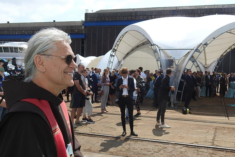 Brolis Benediktas pašventino keltą.<br>G.Pilaičio nuotr.