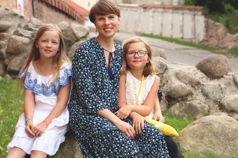 """""""Tele2"""" viešųjų ryšių vadovė Asta Buitkutė su dukromis."""