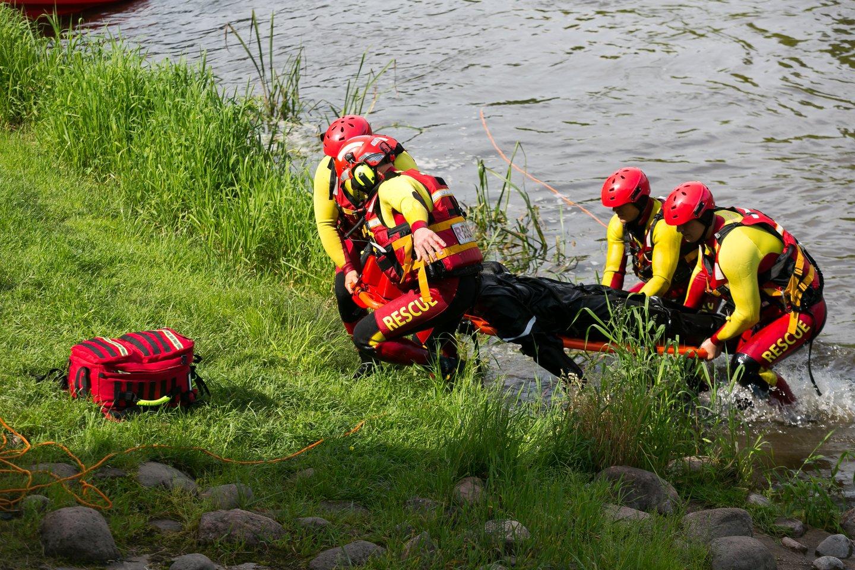 Nelaimėlio kūną iš vandens ištraukė ugniagesiai gelbėtojai.<br>T.Bauro asociatyvi nuotrauka