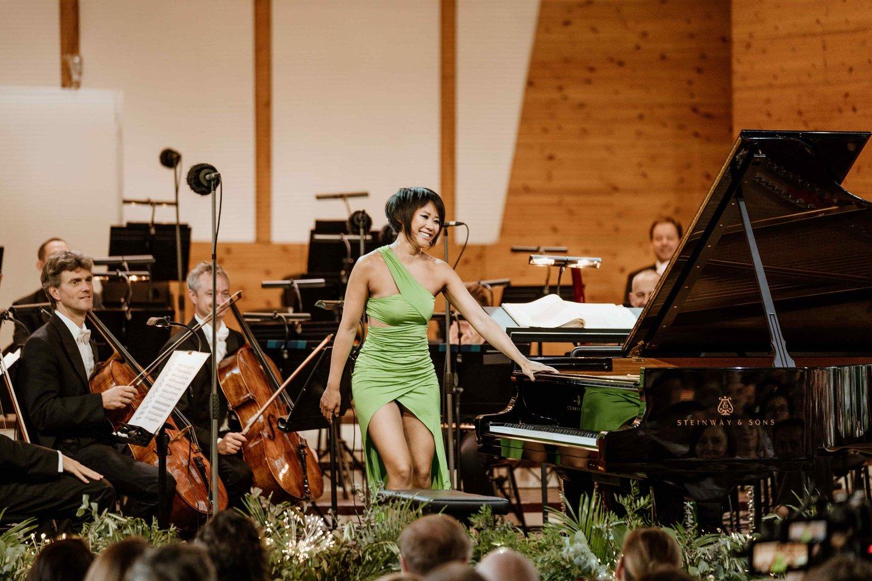 Renginį efektingai pradėjo pianistė Yuja Wang su E.J.Gardinerio diriguojamu orkestru.<br>Rengėjų nuotr.