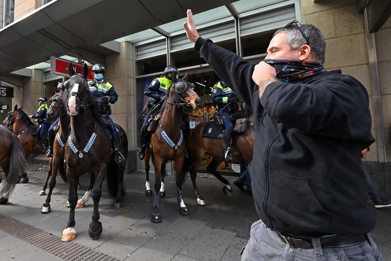 Sidnėjuje prieš karantiną nusiteikę protestuotojai susirėmė su policija.<br>AFP/Scanpix nuotr.