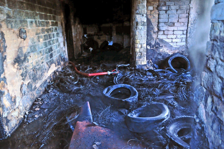 Ugniagesiai suskubo gesinti padangų sandėlyje kilusį gaisrą.<br>A.Vaitkevičiaus asociatyvi nuotrauka