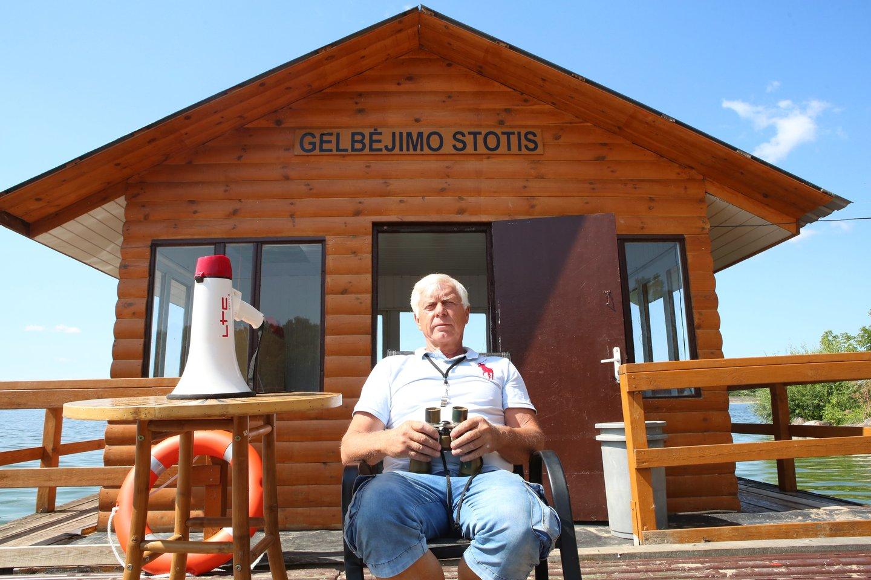 Gelbėtojų vadovas P.Urbelis sakė, kad šią vasarą kiekviename iš miesto paplūdimių vienu metu ilsisi apie 500 žmonių.<br>M.Patašiaus nuotr.
