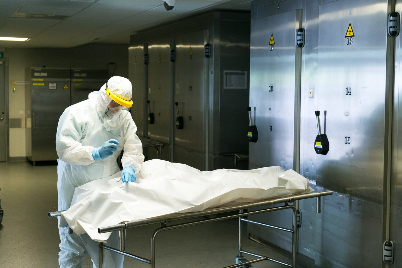 Pirmasis Lietuvoje koronavirusu sirgusio žmogaus autopsiją atlikęs J.Plenta daugiau kaip per metus jau įprato dirbti maksimaliai saugodamasis infekcijos.<br>T.Bauro nuotr.