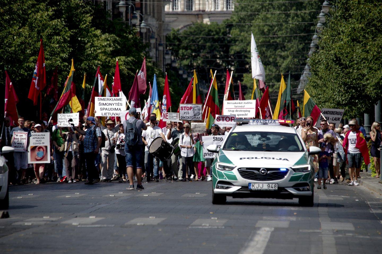 Mitinguotojai prieš skiepijimą ir testavimą patraukė prie Vyriausybės.<br>V.Ščiavinsko nuotr.