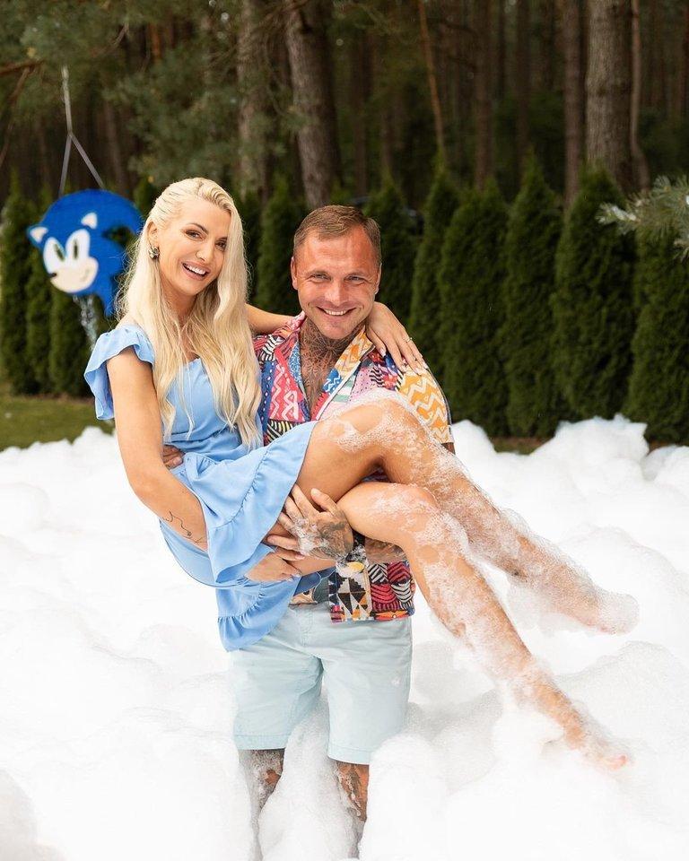 Monika Kvietkutė su mylimuoju Nerijumi dalyvavo gimtadienio šventėje.<br>D.Kučio nuotr.