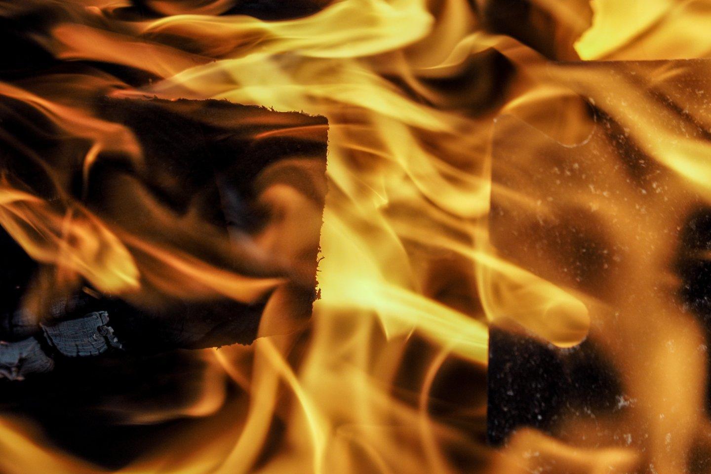 Atvykus ugniagesiams pastato stogas jau degė atvira liepsna.<br>V.Ščiavinsko asociatyvi nuotrauka