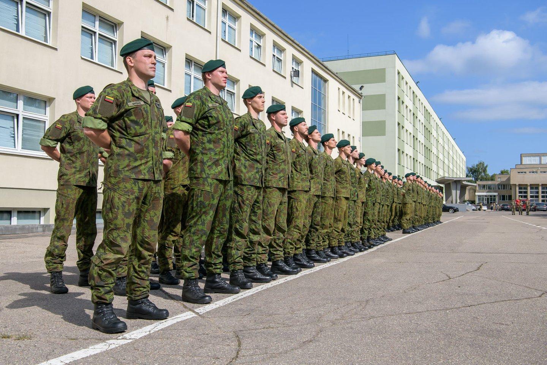 Beveik 100 aukštųjų mokyklų studentų tapo atsargos leitenantais.<br>E.Genio nuotr.