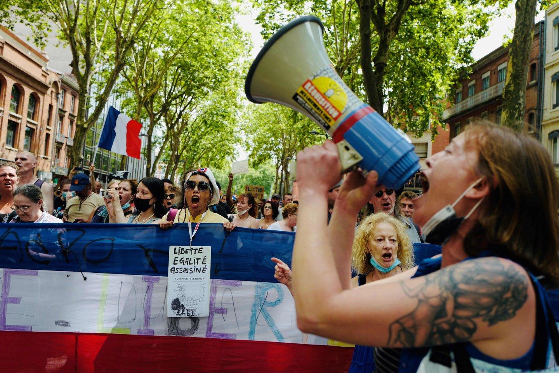 Prancūzijos miestuose protestuojama prieš ribojimus dėl COVID-19.<br>AFP/Scanpix nuotr.