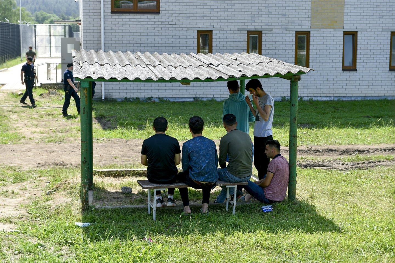 """Keistas incidentas Pabradės nelegalių migrantų stovykloje: tarsi į savo kiemą įvažiavo """"CityBee"""" automobiliu.<br>V.Ščiavinsko nuotr."""