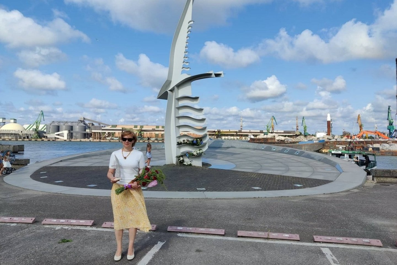 "KVMT direktorė Laima Vilimienė prie paminklo""Albatrosas"".<br>KVMT nuotr."
