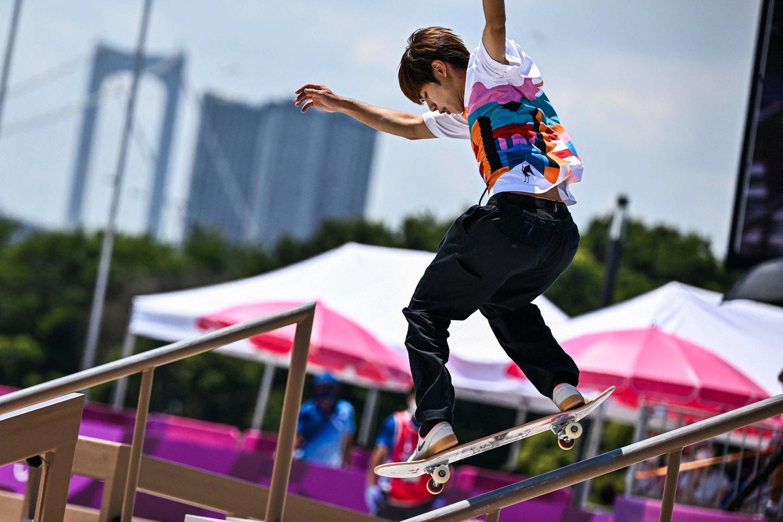 Japonas Y.Horigome tapo pirmuoju riedlenčių olimpiniu čempionu.<br>AFP/Scanpix nuotr.