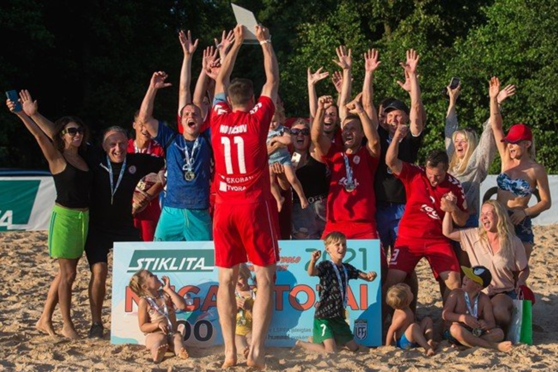 """Lietuvos paplūdimio futbolo čempionų vardą darsyk apgynė Vilniaus """"Igol"""" futbolininkai.<br>LFF nuotr."""