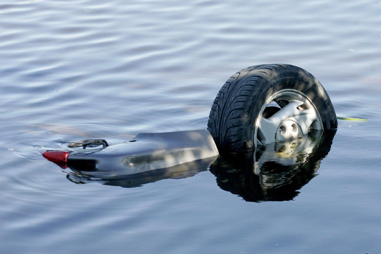 Kėdainių rajone sekmadienį iš vandens telkinio ištrauktas automobilis su mirusio vyro kūnu. Artimieji iš drabužių atpažino G.Nekrošių.<br>M.Vizbelio asociatyvi nuotr.