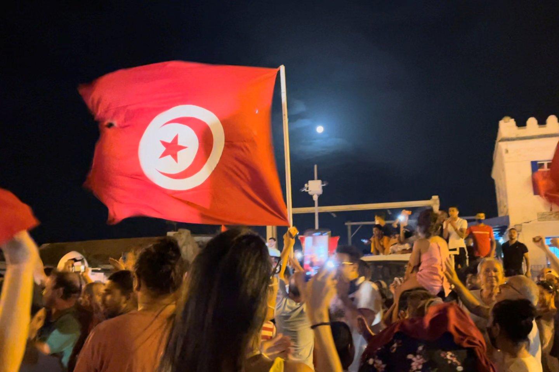 """Anksčiau sekmadienį tūkstančiai žmonių keliuose miestuose išėjo į gatves protestuoti prieš islamistinių šaknų turinčią partiją """"Ennahdha"""".<br>Reuters/Scanpix nuotr."""