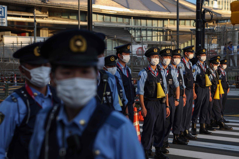 Pareigūnai padeda kontroliuoti eismą prie olimpinių arenų, tačiau ir jų darbas stringa.<br>AFP/Scanpix nuotr.