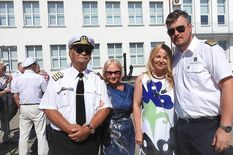 Jūrininkai į šventę atvyko su žmonomis.<br>G.Pilaičio nuotr.