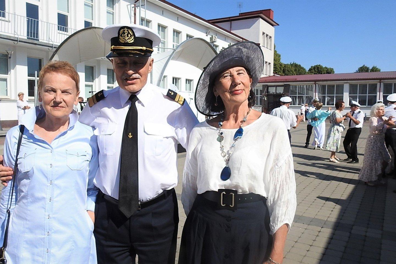 Jūrų kapitonas, LAJM mokyklos direktorius Vaclovas Stankevičius su viešniomis.<br>G.Pilaičio nuotr.