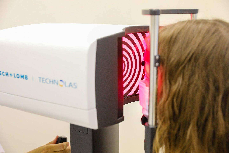 Eksimerinis lazeris veikia labai trumpais ultravioletinio šviesos spektro impulsais, nepažeisdamas aplinkinių audinių ir nesukeldamas šilumos efekto.<br>Partnerio nuotr.