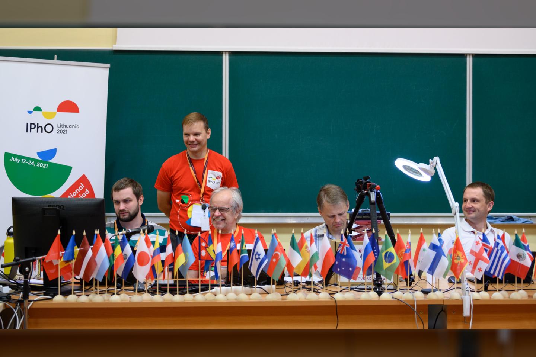 Užduočių rengėjai. Prof. E.Kuokštis centre su kolegomis.<br>Organizatorių nuotr.