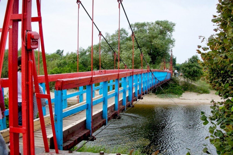 Kabantis tiltas Šventojoje.<br>Palangos Turizmo informacijos centro nuotr.