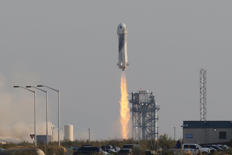"""Liepos 20 d. kompanijos """"Blue Origin"""" raketa """"New Shepard"""" į kosmosą pakilo Jeffas Bezosas.<br>Reuters / Scanpix nuotr."""