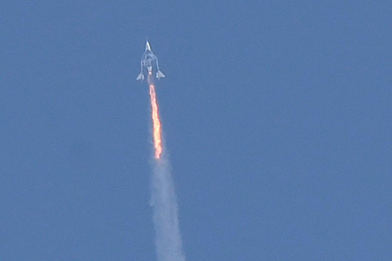 """Liepos 11 d. erdvėlaivyje """"VSS Unity"""" R.Bransonas pasiekė kosmoso ribą.<br>AFP / Scanpix nuotr."""