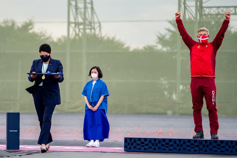 Daina Gudzinevičiūtė pirmadienį apdovanojo Tokijo olimpinių žaidynių šaudymo varžybų nugalėtojus.<br>V.Dranginio/LTOK nuotr.